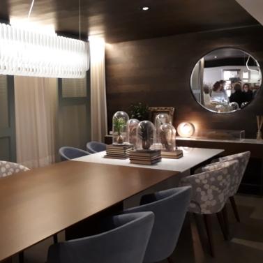 Luminária seguindo a forma da mesa + composição de estampas das cadeiras