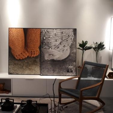 Base em preto e branco nas paredes + destaque pras obras de arte + móvel baixo em toda a extensão da parede +toque de madeira
