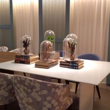 Composição de mesas em branco e madeira + fundo em cortinas + iluminação + painel em palhinha
