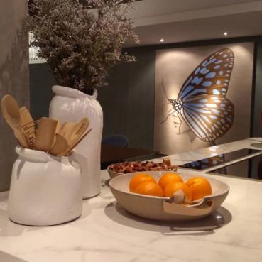 Bancada em porcelanato + quadro de borboleta (MARAVILHOSO)