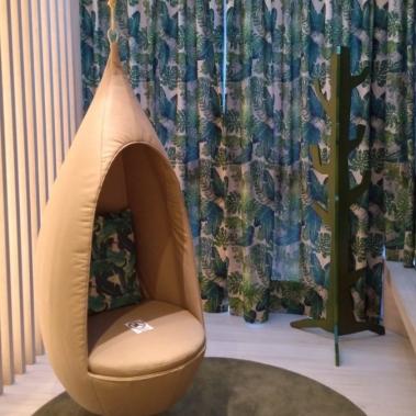 Ripado subindo o teto + casulo desenhado pela arquiteta + cortina com estampa alegre