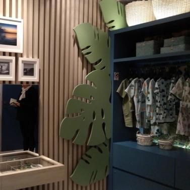 Ripadinho + composição de quadrinhos com o espelho da mini penteadeira + folhas em mdf saindo de trás do armário