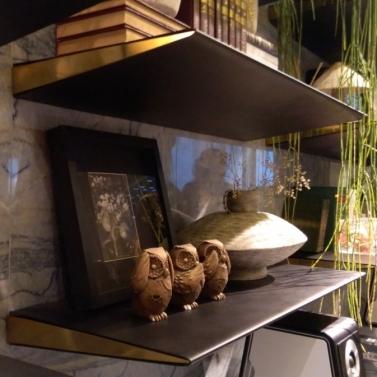 Estante com fundo em pedra + prateleiras em metal e acabamento dourado